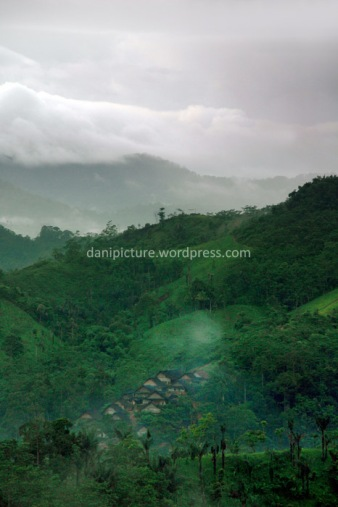 Menikmati pagi hari memandangi perkampungan baduy dari sebuah bukit