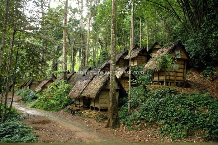 Leuit, tempat menyimpan padi, padi yang tersimpan di leuit bisa bertahan puluhan tahun. Leuit biasanya dibangun diluar perkampungan, denga tujuan jiga terjadi kebakaran kampung maka mereka masih mempunyai cadangan makanan.