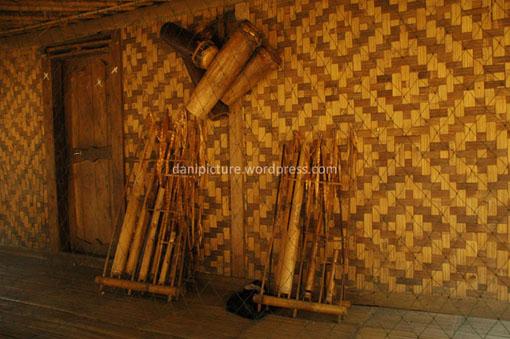Angklung Buhun dan Dog-dog, alat musik warga Kanekes/baduy.