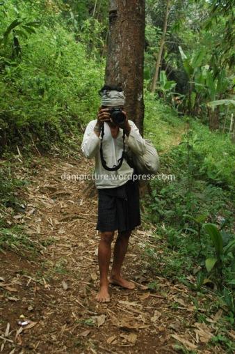Jangan sungkan anda minta bantuan warga kanekes untuk foto narsis, beberapa warga kanekes sudah mahir memotret.