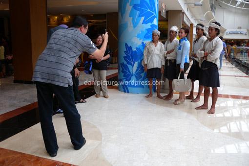 Keberadaan mereka di dalam mall mencuri beberapa pengunjung mall, tak jarang minta foto bareng bersama mereka.