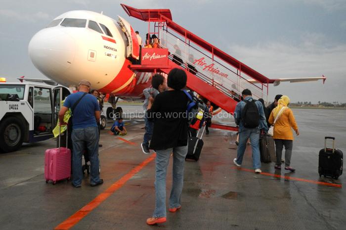 Pesawat Air Asia yang kita tumpangi saat beragkat ke Kuala Lumpur