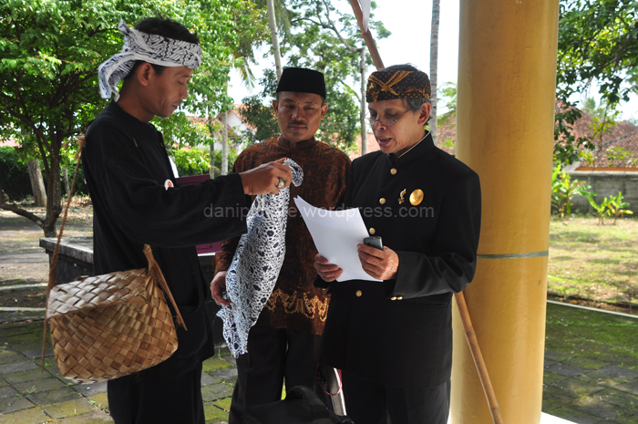 Kang Aip (budayawan) sedang memberikan iket (ikat kepala) motip batik sidamukti kepada Rd. Ruyat