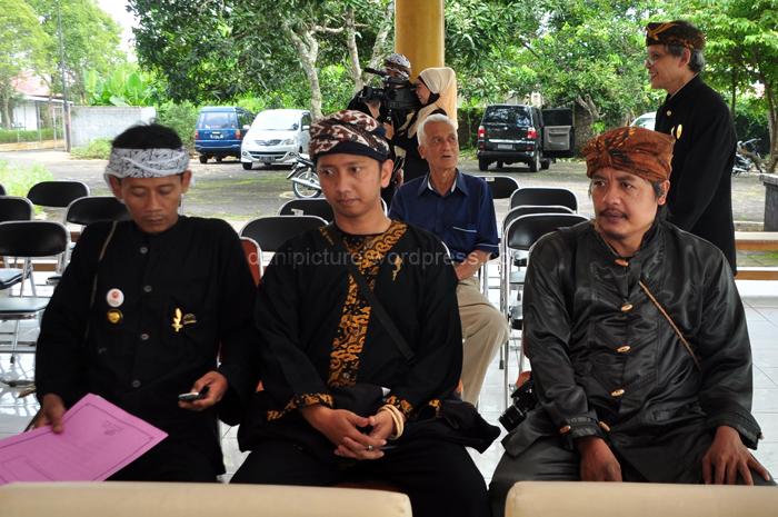 Dari kiri ke kanan, Kang Aip (Budayawan), Ricky A.  Mardjadinata (Kawali) dan Pak Eman H. Sastrapraja (Dinas Kebudayaan Ciamis)