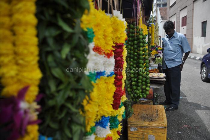Penjual perlengkapan ibadah/ritual Thaipusam.