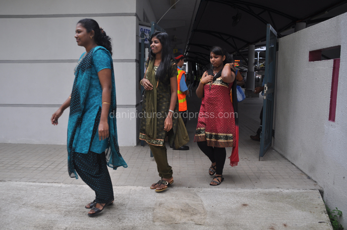 Beberapa warga keturunan india Tamil dengan menggunakan komuter mulai berdatangan di Batu Caves,
