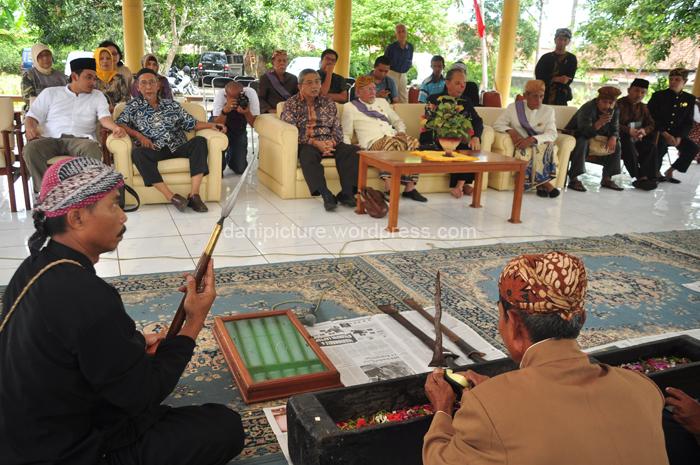 Jamasan Pusaka dilakukan secara simpolis dihadapan keluarga besar Paguyuban Rundayan Prabu Galuh Pakuan dan para undangan.
