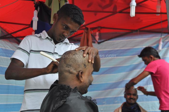 Beberapa pejiarah mencukur rambut mereka sampai botak sebelum melakukan ritual di dalam Gua.