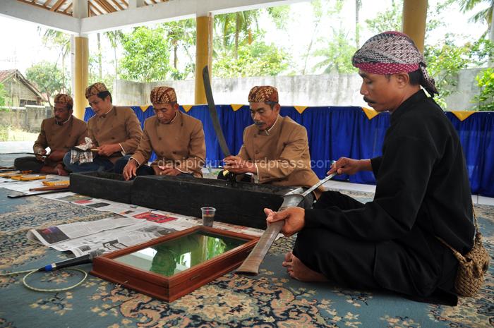 Kang Wira, Kuncen Situs/Makam Jambansari meminpin pelaksanaan Jamasan Pusaka.