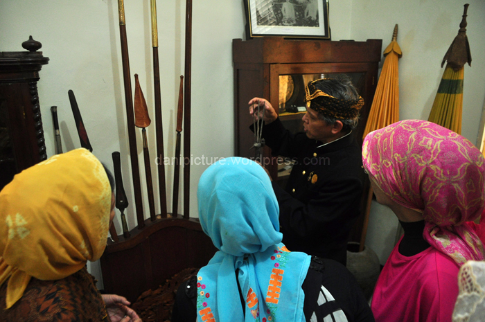 Rd. H Ruyat Sudrajat sedang menjelaskan mengenai fungsi dari salah satu senjata berbentuk tombak