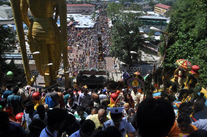 Pejiarah dan touris harus menaiki 727 anak tangga untuk memasuki Gua.