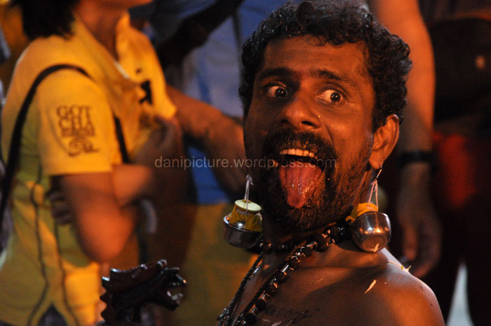 Beberapa pejiarah khususnya pembawa Kavadi mengalami kerasukan dan menjulur-julurkan lidahnya.