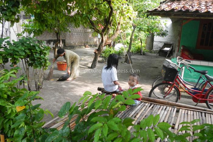 Masyarakat Pulau Pari menyadari pentingnya kebersihan, terbukti dengan suasana perkampungan yang bersih.