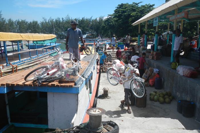 Suasana bongkar muat barang di Dermaga. Menurut Bu RW, jika nitip belanjaan maka akan dikenakan ongkos minimal Rp. 2.000,- untuk satu barang. Penduduk Pulau Pari lebih suka belanja di Tangerang, jaraknya lebih dekat dibanding ke Jakarta.