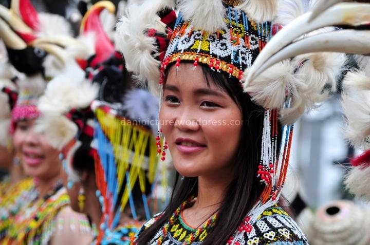 Gadis-gadis muda perwakilan dari Dayak Kalimantan Timur