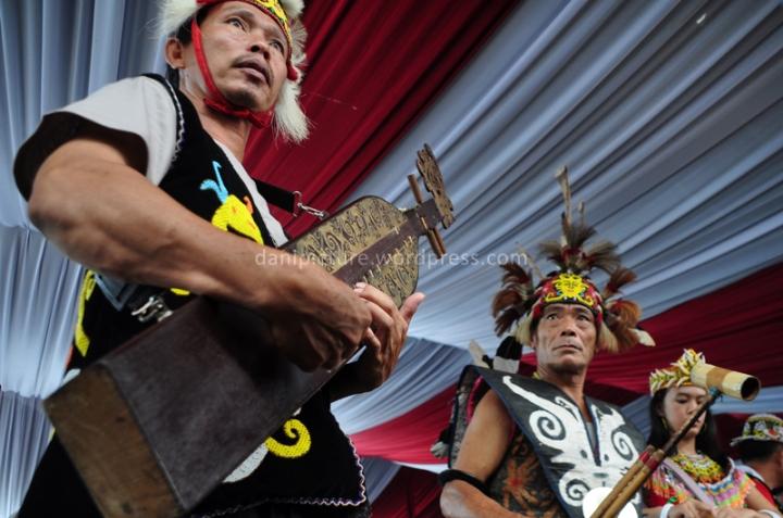 Sampe, alat musik tradisional Dayak berbentuk gitar selalu terdengar di acara Pekan Budaya Dayak 2013
