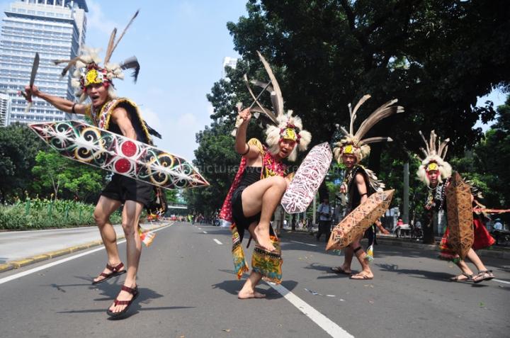 Atraksi Karnaval Budaya Dayak di Jalan Sudirman, Jakarta