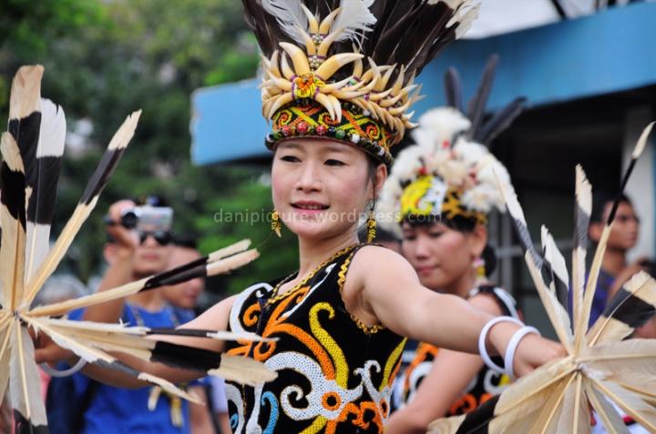 Selain menari di panggung pameran, mereka juga melakukan tarian pada saat Karnaval