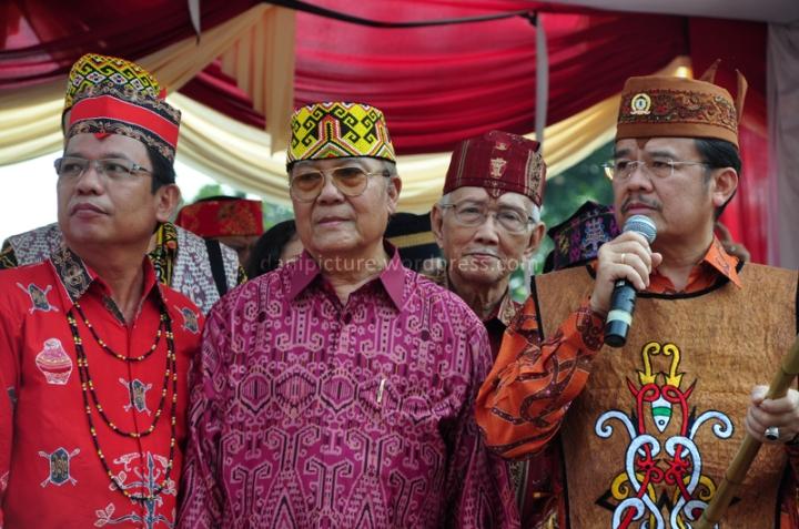 Presiden Majelis Adat Dayak Nasional, Agustin Teras Narang (kanan), melepas rombongan Karnaval Budaya Dayak di Istora Senayan GBK, Jakarta