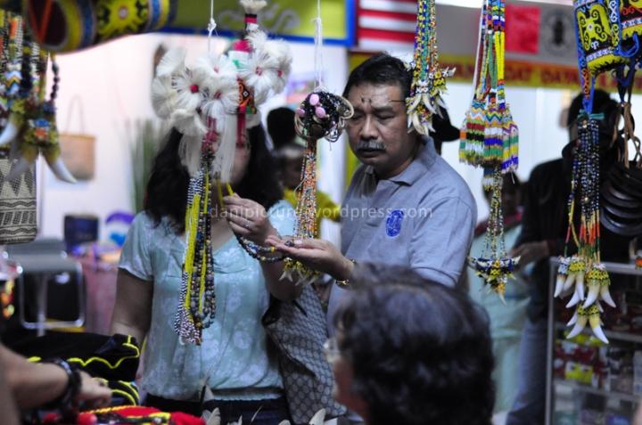 Pengunjung Pekan Budaya Dayak 2013 sedang melihat pernak-pernik khas Dayak