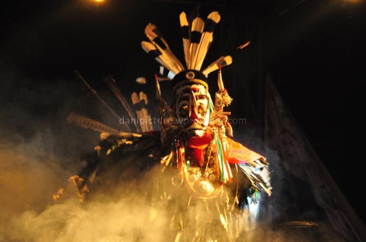 Tari Hudoq, menari dengan menggunakan topeng kayu yang menyerupai binatang buas serta menggunakan daun pisang atau daun kelapa sebagai penutup tubuh penari. Tarian ini erat hubungannya dengan upacara keagamaan dari kelompok suku Dayak Bahau dan Modang.