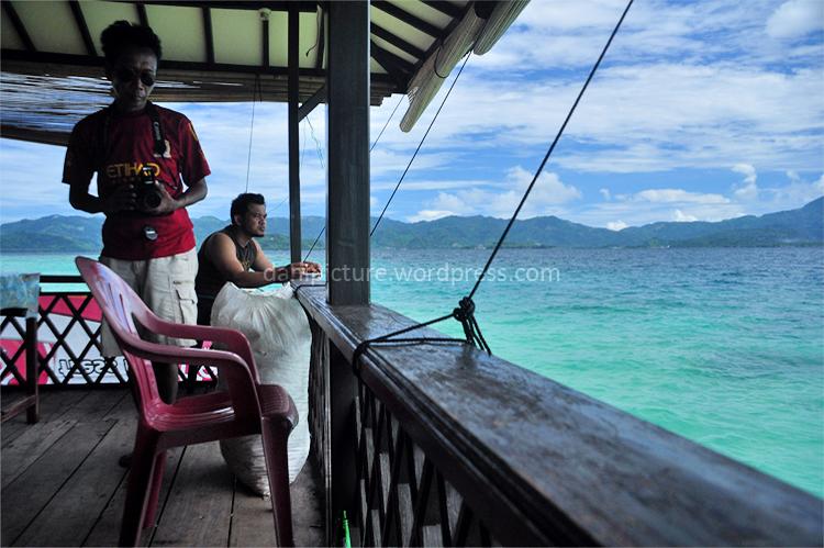 Suasana di tempat penginapan, tempat makan yang dilengkapi fasilitas karaoke menjulur ke pantai, sangat nyaman.