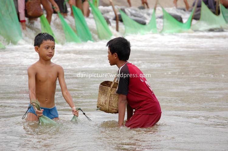 Selain orang dewasa, anak-anak juga ikut serta menangkap impun.