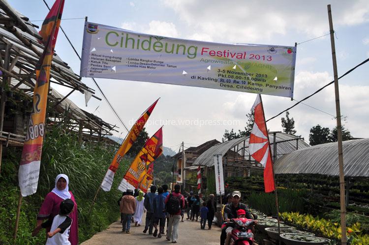Spanduk Cihideung Festival 2013 di pintu masuk pusat acara.