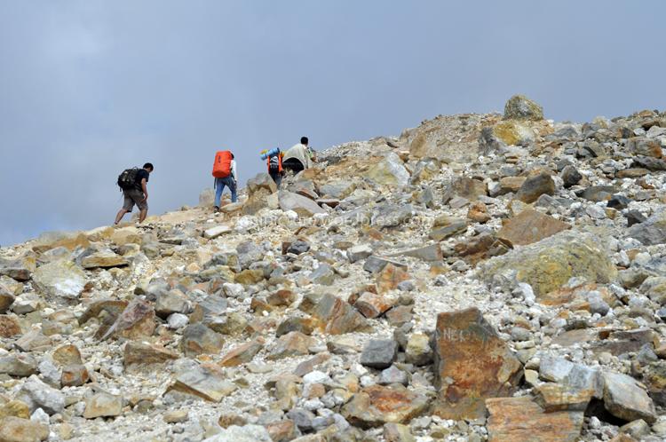Meskipun jalur pendakian Gunung Papandayan cukup mudah, tapi pendaki harus hati-hati karena jalur pendakian berbatu, berkerikil, jika tergelincir pilihannya antara kejedot batu tajam atau nyemplung ke jurang.