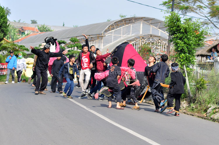 Rombongan sasapian perwakilan dari salah saru RT di Desa Cihideung