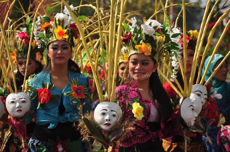 Gadis-gadis penari dari Padepokan Kalang Kamuning, Desa Cihideung