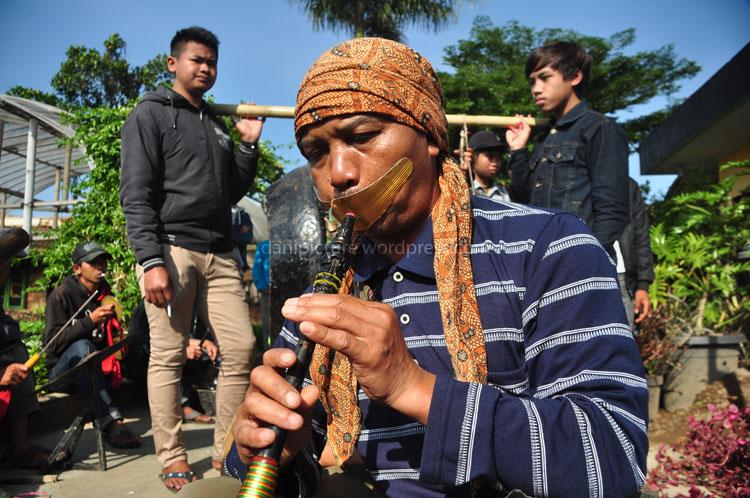 Musik tradisional Sunda mengiringi jalannya acara.