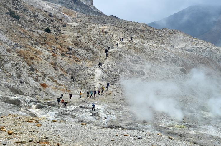 Para pendaki sedang melawati jalur kawah.