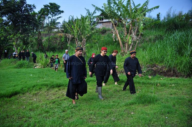 Abah Nanu, Bpk. Abu Bakar beserta rombongan menuju lokasi sumber mata air untuk melakukan ritual irung-irung