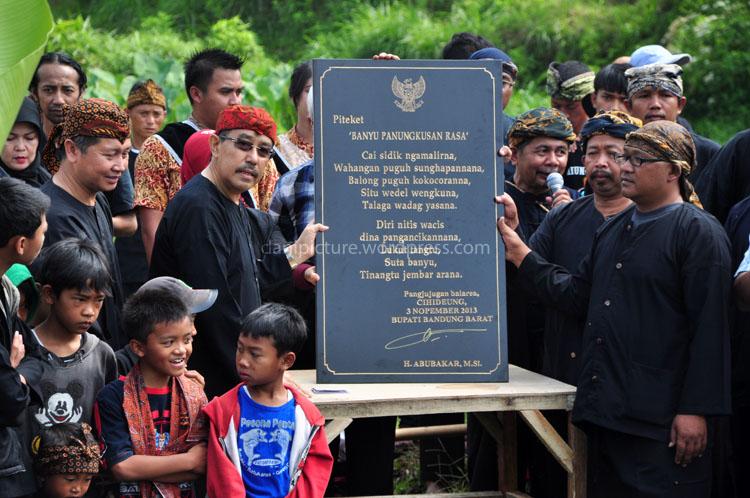 Penandatangan prasasti oleh Bupati Bandung Barat, Bapak Abu Bakar