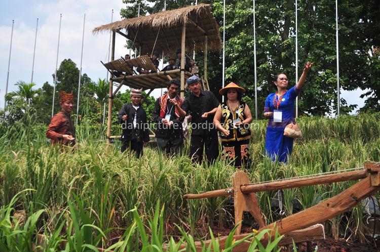 Kasubid Pembinaan Seni rupa Direktorat Pembinaan Kesenian dan Perfilman Kemendikbud, Bapak Kustanto bersama-sama dengan perwakilan daerah peserta Gelar Budaya Nasional menebar padi saat pembukaan acara.