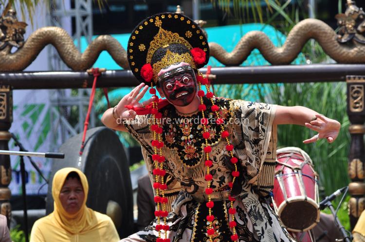 Tari Topeng Losari Cirebon yang dimainkan oleh sdr. Nur Anani yang merupakan cucu sekaligus pewaris seni Tari Topeng Losari dari sang maestro Mimi Dewi Sawitri.
