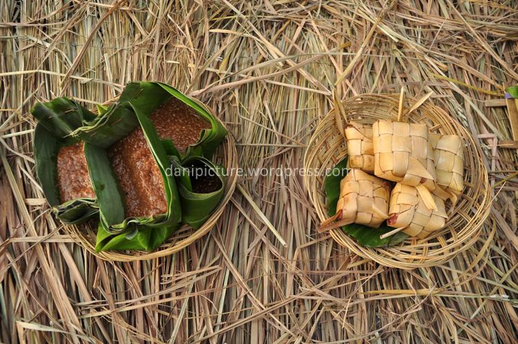 Bubur ketan dan ketupat, salah satu makanan yang disajikan pada Ritual Pangan Desa Kemiren