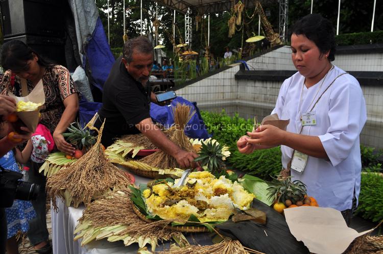 Lapaaaaaaaaar...saatnya makan menu Nasi Tumpeng Bogana khas Cigugur Kuningan Jawa Barat...enyak...enyak...orang Batak di sebelah gw aje minta nambah...