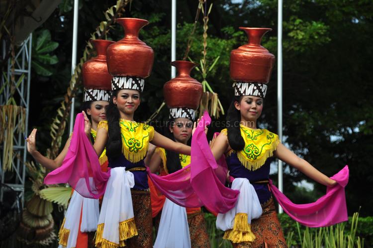 Teri Buyung / Tari Kendi, tari tradisional yang biasa dipentaskan pada puncak acara Seren Taun di Cigugur Kuningan, Jawa Barat
