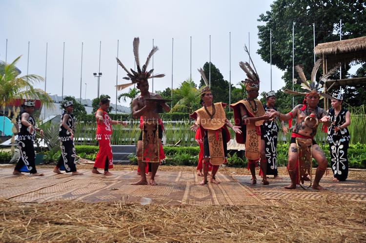 Tariandalam upacara adat Dayak Kanayatn