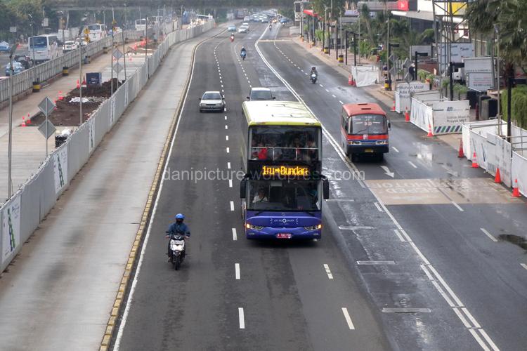 Bus City Tour melewati Jl. MH. Thamrin