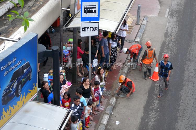 Bus City Tour hanya berhenti di halte yang memiliki tanda khusus Bus City Tour, salah satunya adalah halte Bus Bundaran HI