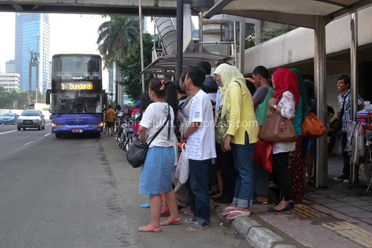 Antrian penumpang Bus City Tour Keliling Ibu Kota