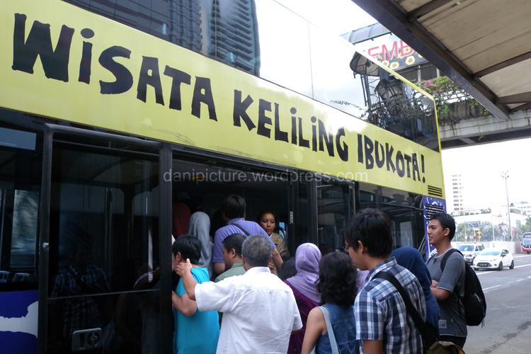 Hari Sabtu dan Minggu penumpang cukup ramai, selain guide, di dalam bus juga ada petugas polisi wisata