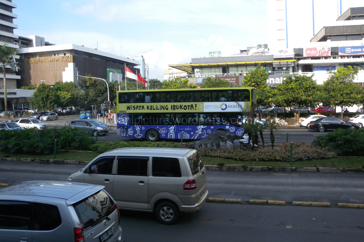 Bus City Tour Jakarta melewati Gedung Sarinah Jl. MH. Thamrin