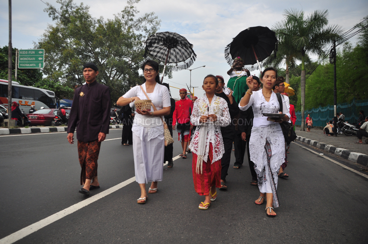 Rombongan pembawa Tirta (Air) Suci dari Candi Ratu Boko berjalan menuju Candi prambanan
