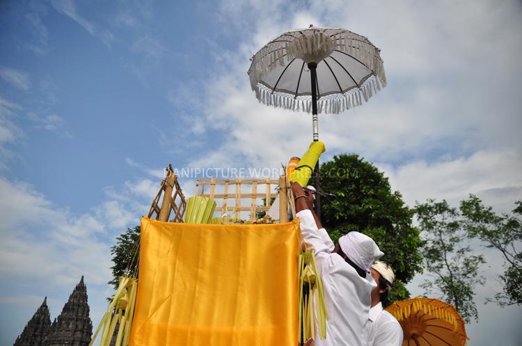 Memasang Dupa di tengah Pelataran Candi Prambanan