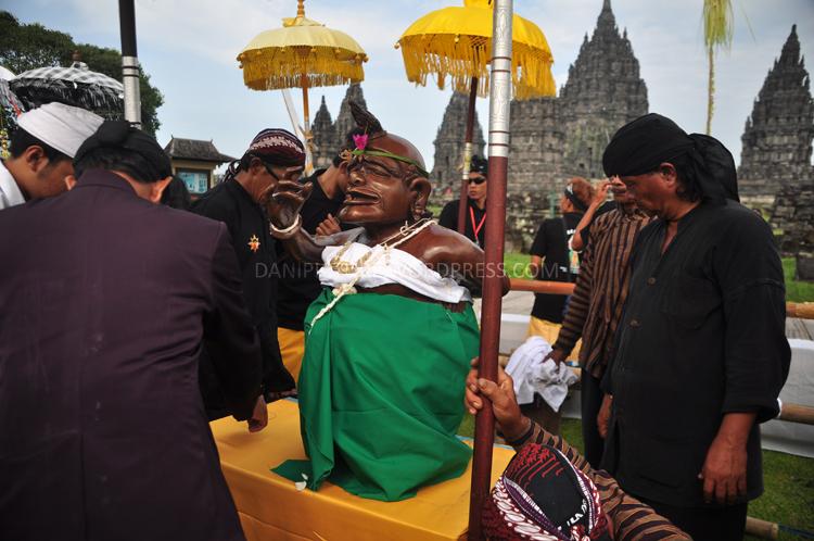 Patung Semar juga diletakkan di bagian tengah pelataran Candi Prambanan