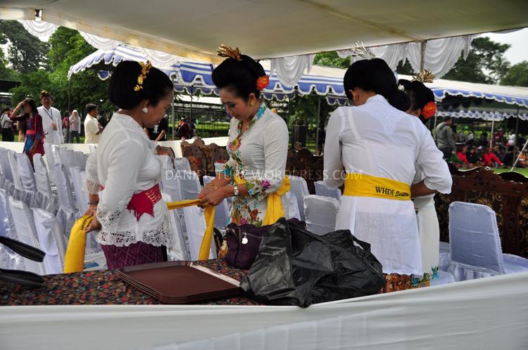Ibu-ibu dari WHDI (Wanita Hindu Dharma Indonesia) sedang bersiap-siap mengikuti upacara Tawur Agung